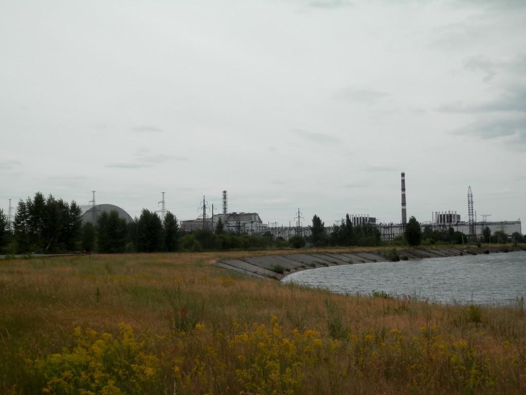 Il complesso industriale di Chernobyl: da sinistra a destra i reattori 1, 2, 3, 4 (quello esploso) e il nuovo sarcofago