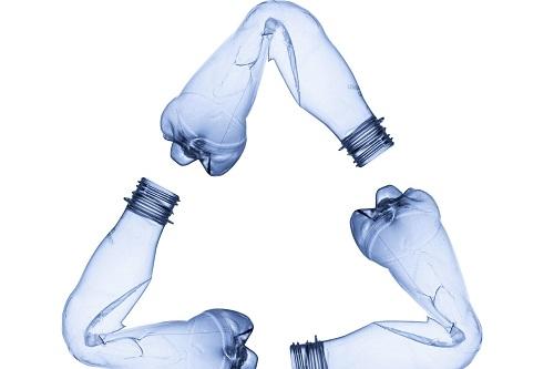 La plastica è uno dei principali prodotti derivanti dal petrolio.